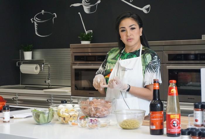Sebelum mulai memasak, wanita yang biasa disapa dengan Mbak Jo ini memberikan tips menyimpan hingga mengolah makanan segar.