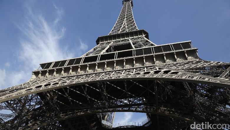 Melihat Menara Eiffel Landmark Paris