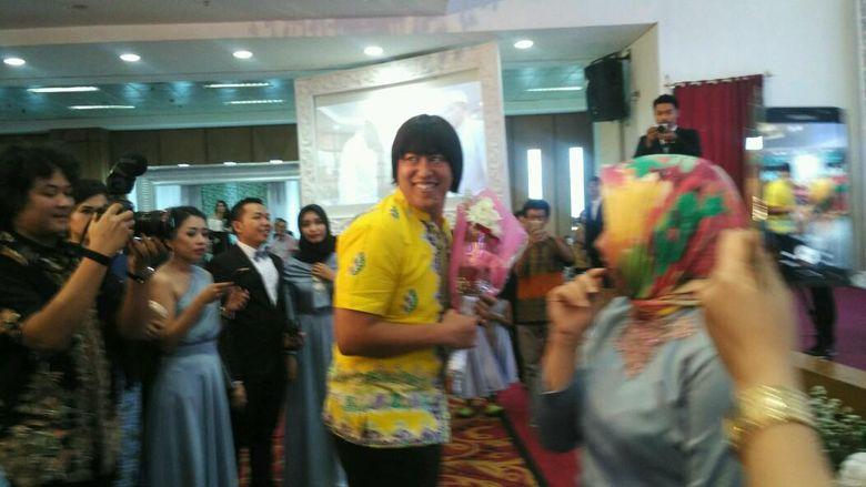 Pandji Pragiwaksono tiba-tiba saja masuk ke dalam gedung dan merebut buket bunga milik salah satu tamu undangan. Foto: Febriyantino Nur Pratama/detikHOT