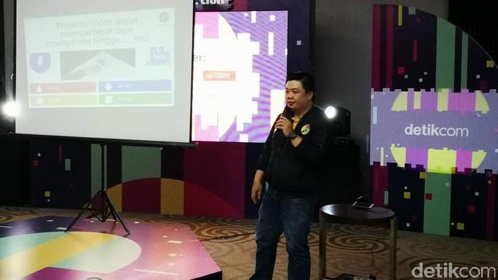 Trainer Lead Lenovo Indonesia Effendi Susanto saat memaparkan kemampuan smartphone untuk menunjang kreativitas anak muda. Foto: detikINET - Muhammad Alif Goenawan