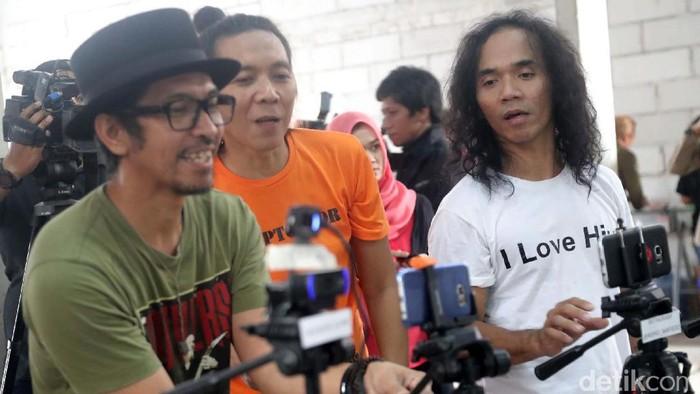 Personel grup Slank berfoto bersama para penggiat dan aktivis HAM dalam acara Slank on Stream yang berlangsung di Potlot, Jakarta, Sabtu (20/05/2017). Dalam acara Slank on Stream kali ini bertemakan 'Ayo Bangkit Jangan Berhenti'. Acara ini juga menjadi cara Slank dalam memperingati Hari Kebangkitan Nasional. Grandyos Zafna/detikcom