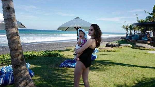 Gendong Anak di Pantai, Yasmine Wildblood Seksi Berbikini
