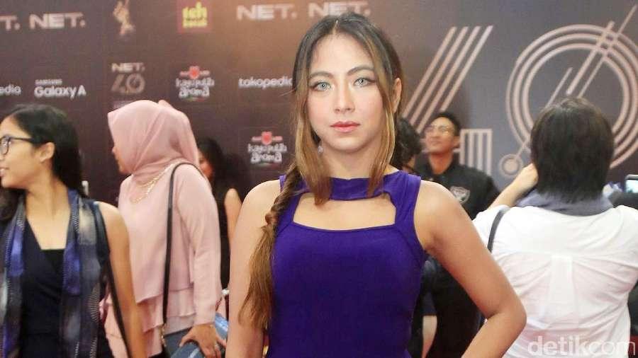 Lekuk Tubuh Nadia Vega dalam Dress Biru