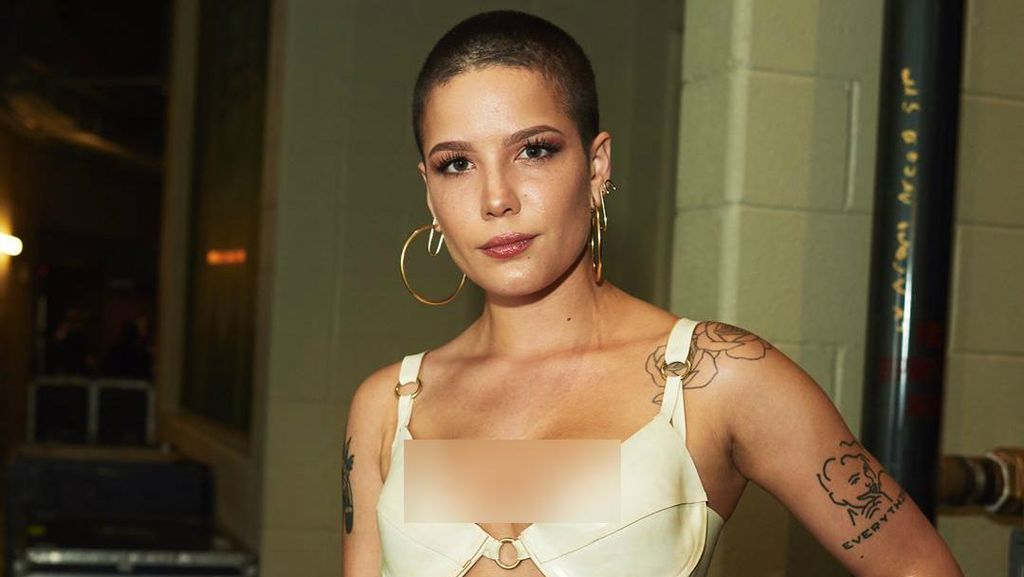 Penyanyi Halsey Cuma Pakai Bra ke Billboard Music Awards 2017
