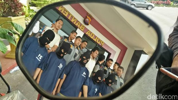 Tim Resmob Direktorat Reserse Kriminal Umum Polda Banten menangkap 2 pelaku judi togel dan 1 bandar judi bola di Anyer dan Cilegon
