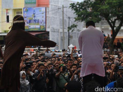 Di Aceh, pelanggar Qanun Jinayat dihukum cambuk