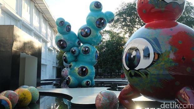Karya Wedhar Riyadi 'Floating Eyes' di halaman depan Jogja National Museum di ajang Art Jog 10