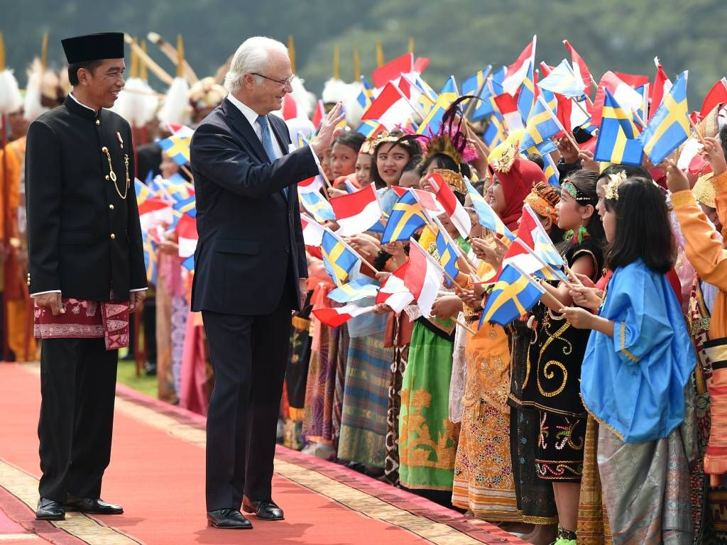 foto Jokowi tampil beda mengenakan pakaian adat khas betawi saat menyambut Raja Swedia Carl XVI Gustaf