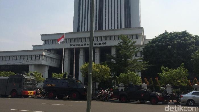 Suasana di depan gedung Mahkamah Agung