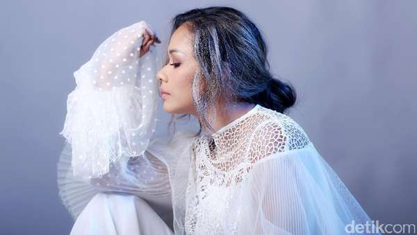Beauty in White Adinia Wirasti
