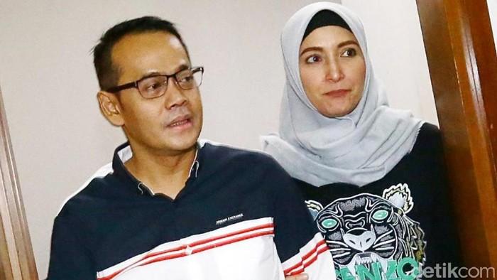 Dok.detikcom/ Inneke Koesherawati bersama suami Fahmi Darmawansyah di Pengadilan Tipikor