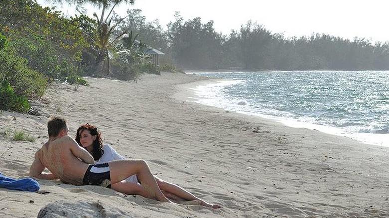 Adegan James Bond bareng Gadis Bond di pantai cantik Bahama (MGM Studio)