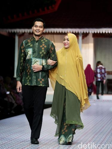 Foto: Inspirasi Seragam Lebaran Syar'i Ala 5 Pasangan Selebriti
