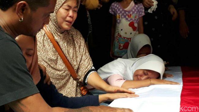 Tangis Keluarga Bripda Taufan Pecah Usai Salat Jenazah  Tangis Keluarga...