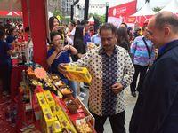 Menteri Pariwisata Arief Yahya melihat-lihat booth di pameran (dok Kemenpar)