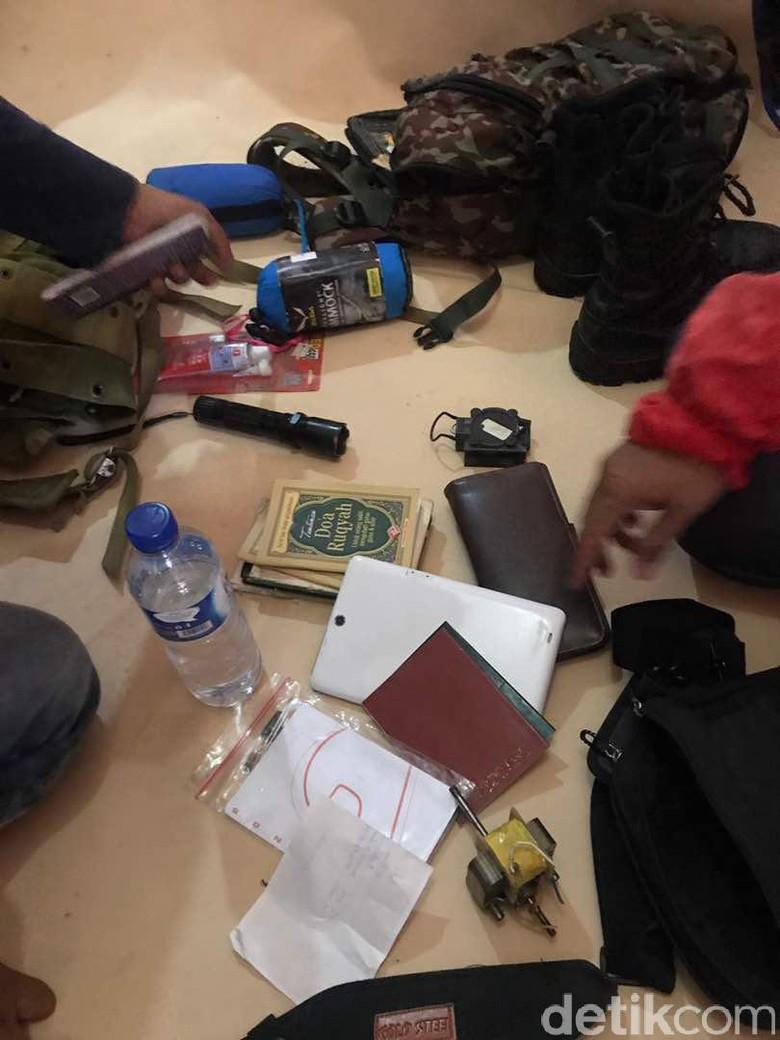Sangkur dan Dokumen Disita dari Rumah Terduga Pelaku Bom Bunuh Diri