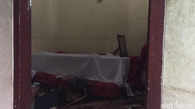 Rekan Polisi Datangi Rumah Imam, Korban Bom Kampung Melayu