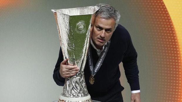 Jose Mourinho meraih gelar Liga Europa pada musim pertama menangani Manchester United.