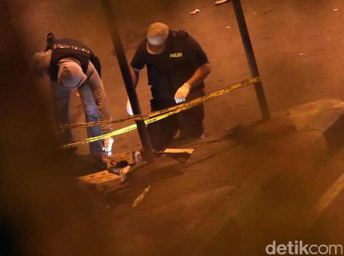 Polisi olah TKP bom Kampung Melayu (Foto: Grandyos Zafna)
