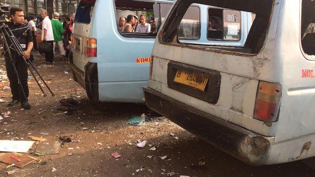 Empat angkot rusak akibat terkena ledakan bom di Kampung Melayu.