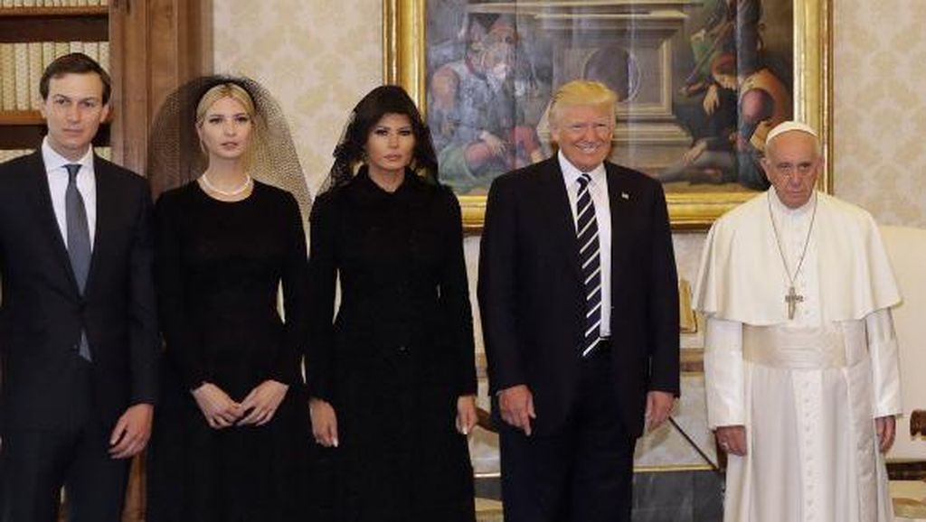 Foto: Gaya Melania Trump Pakai Kerudung Saat Bertemu Paus Fransiskus