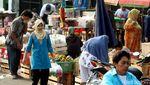 Pasca Ledakan, Pedagang Pasar Tetap Berjualan di Kampung Melayu