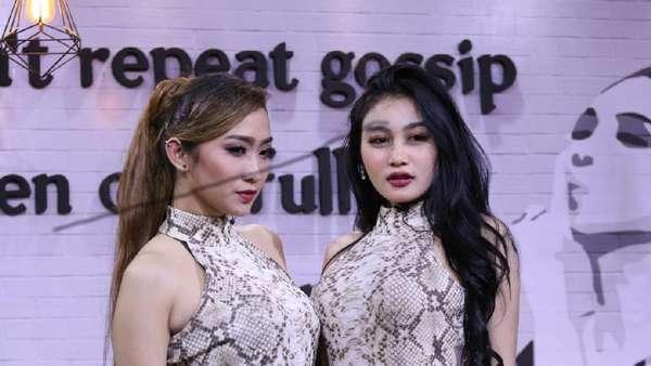 Wow! Duo Serigala Seksi Pakai Jumpsuit Motif Kulit Ular