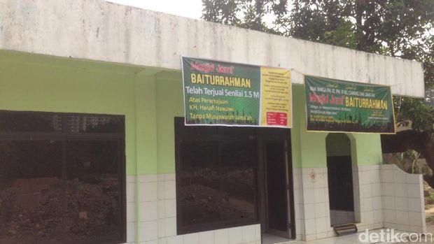 Meski Sudah Terjual, Warga Tetap Salat di Masjid Baiturrahman Cawang