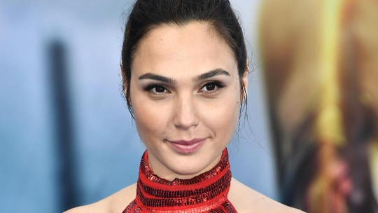 So Hot! Seksinya Gal Gadot dalam Dress Merah