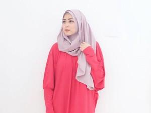 Foto: Cantiknya Richa Novisha, Istri Gary Iskak dengan Hijab Simpel