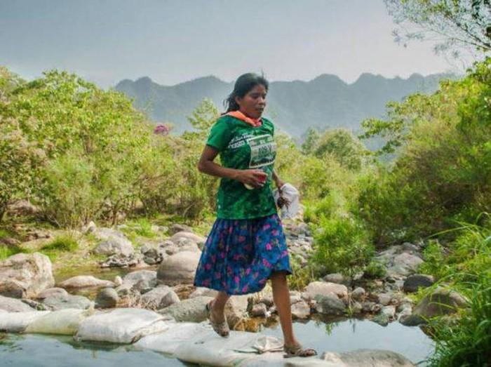 La mujer, que vestía falda y sandalias de goma, ganó la ultra maratón de 50km.