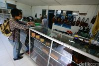 Salah satu toko yang menjual kerajinan kulit buaya di Merauke.