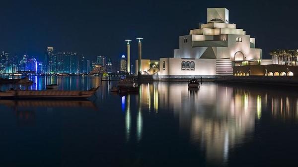 Gedung museum ini dirancang oleh arsitek Amerika keturunan Cina, Ileoh Min Pei. Dia adalah arsitek yang juga merancang piramida kaca Museum Louvre di Paris. Museumnya pun begitu indah saat malam (mia.org.qa)