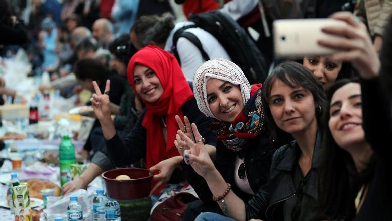 Hari-hari pertama Ramadan, sejumlah warga Turki melakukan buka puasa bersama di Sultanahmet Square, Istanbul. Seperti apa suasananya? Simak foto-fotonya berikut ini.