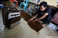 Proses pembuatan kulit buaya jadi tas.