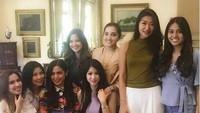 Balqis Farah merupakan lighting desainer dan sosialita ini rajin mem-posting kebersamaannya dengan Girls Squad ataupun Gajebo. Ini foto dia saat menjenguk anak ketiga Nia Ramadhani. Foto: Instagram @titi_kamall/@balqis_farah