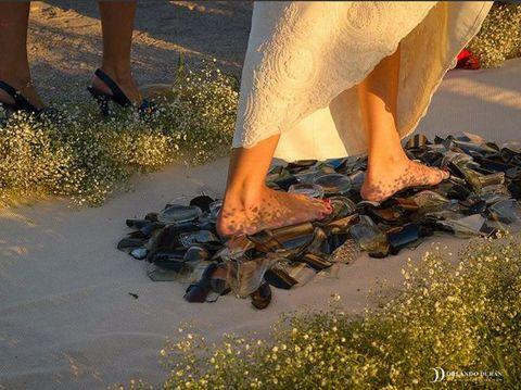 Uji Nyali Pengantin Coba Ritual Jalan Tanpa Alas Kaki di Atas Pecahan Kaca