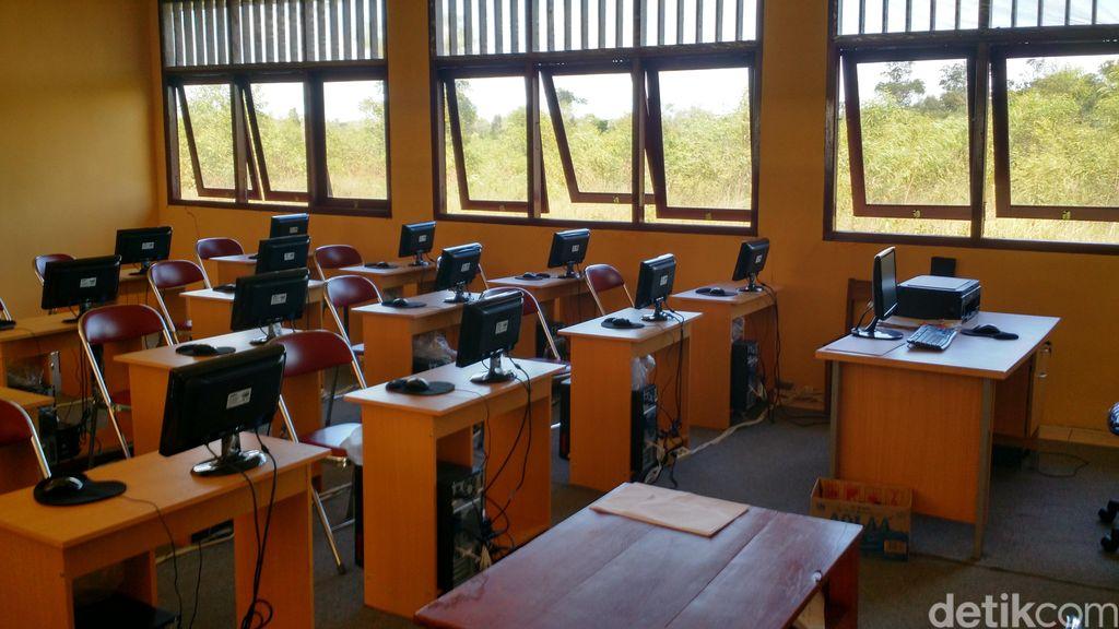 Tapal BatasIni Jadinya Bila UN Berbasis Komputer Diadakan di Sekolahan Tepi HutanUjian Nasional Berbasis Komputer (UNBK) tentu mensyaratkan perangkat komputer yang bagus, jaringan internet yang stabil, dan para siswa yang paham pengoperasian internet. Begini jadinya ketika UNBK coba diterapkan di pojok Merauke.SMK Negeri 1 Sota, terletak di Jalan Trans Papua, 79 Kilometer jauhnya dari Kota Merauke, detikcom mengunjungi sekolah ini pada Rabu (10/5/2017).Sekolah ini terletak di lingkungan tepi Taman Nasional Wasur. Kiri dan kanan pemandangan adalah hutan, rawa, dan semak belukar. Gapura hijau dan senyum ramah siswi SMK menyambut kami.Pelaksana tugas (Plt) Kepala Sekolah SMK Negeri1 Sota, Arnoldus Asgon, menyambut dengan jabat tangan di saung dari kayu bus beratap jerami depan gedung. Dia mengatakan rumput di sini tinggi karena vegetasi memang cepat tumbuh. Di salah satu sudut, terdapat bomi setinggi 2 meter. Bomi adalah rumah musamus, semut Merauke. Kadang-kadang, kanguru Papua alias saham, rusa, hingga babi hutan lewat di sekolahan. Namun binatang-binatang penghuni Taman Nasional Wasur itu jarang menampakkan diri bila hujan masih sering turun seperti di awal bulan Mei ini.Meski letak sekolahan ini berada di pinggir hutan, bukan berarti sekolahan ini jauh dari teknologi informasi. Internet dari Telkomsel sudah ada sejak Juli 2016 di sini. Menara sinyal selular tinggi menjulang di dekat gedung. Arnoldus kemudian menceritakan pengalaman pertama sekolah ini menggelar UN Berbasis Komputer.