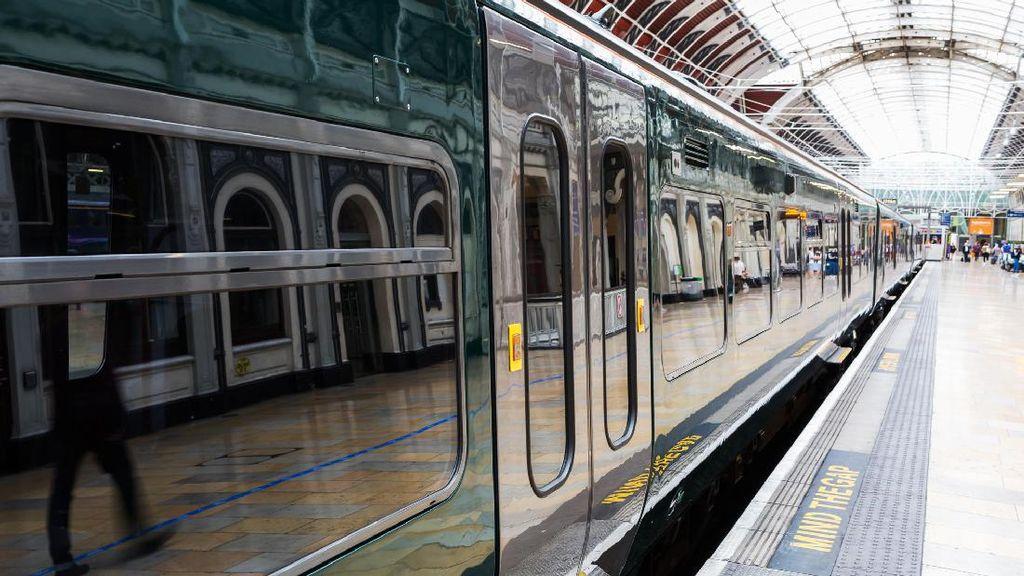 Gosok Gigi Boleh, tapi Kok di Peron Stasiun? Kumur & Meludah Pula