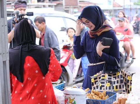 Zee Zee Shahab tengah berbelanja makanan untuk berbuka puasa.