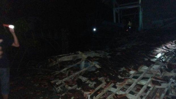 Bagunan roboh akibat gempa di Poso.