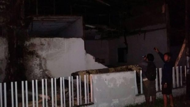 Bangunan runtuh akibat gempa di Poso.