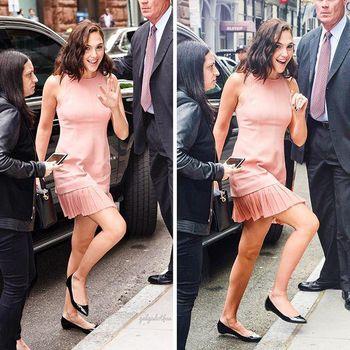Gal Gadot mengenakan flats shoes hitam.