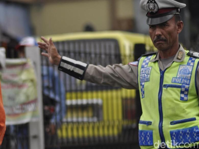 Viral di Medsos, Bripka Ase Kuat Menahan Hujan dan Panas Saat Bertugas