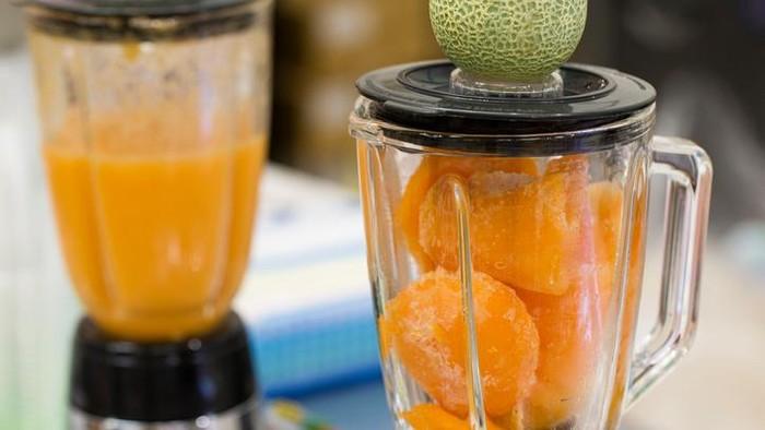 Lebih sehat buah yang dijus atau dimakan langsung? Foto: iStock
