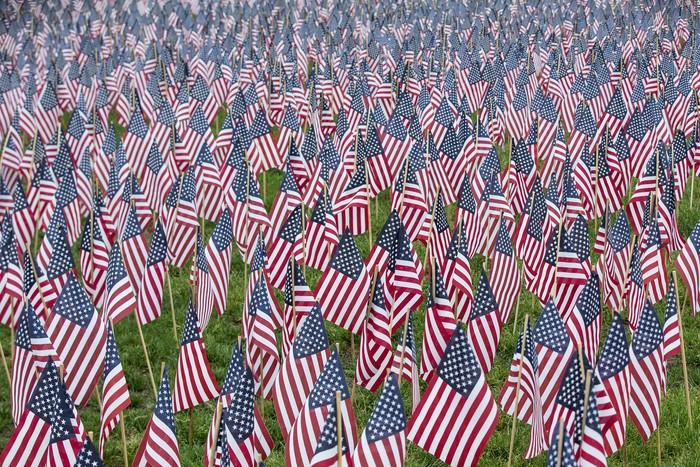 Sebuah taman di Boston, Amerika Serikat, dihiasi lebih dari 37.000 bendera oleh Military Fund. Hal itu untuk mengenang para korban perang revolusi yang jatuh pada 30 Mei.