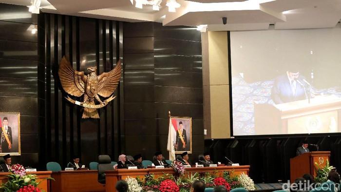 Pengunduran diri Basuki Tjahaja Purnama (Ahok) dari posisi Gubernur DKI Jakarta diumumkan di rapat paripurna istimewa DPRD DKI.