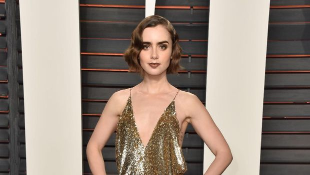 WEST HOLLYWOOD, CA - FEBRUARY 26:  Actress Lily Collins arrives at the 2012 Vanity Fair Oscar Party hosted by Graydon Carter at Sunset Tower on February 26, 2012 in West Hollywood, California.  (Photo by Alberto E. Rodriguez/Getty Images)