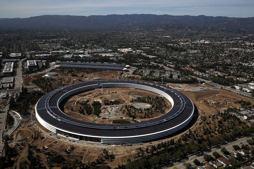 Pembangunan markas baru Apple yang bentuknya mirip dengan UFOruang angkasa sudah memasuki tahap penyelesaian sejak dibangun tahun 2014. Deretan foto ini diambil pada tanggal 28 April 2017.(Foto: GettyImages)