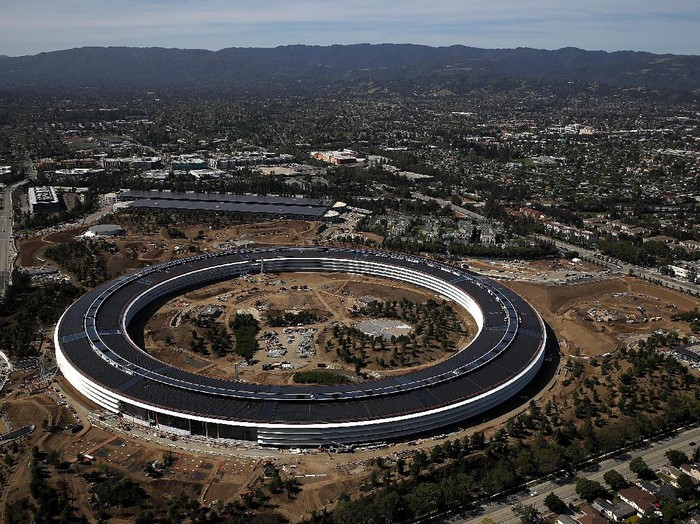 CUPERTINO, CA - APRIL 28:  An aerial view of the new Apple headquarters on April 28, 2017 in Cupertino, California. Apples new 175-acre spaceship campus dubbed